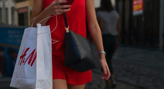 Jeune femme portant un sac H&M dans la rue