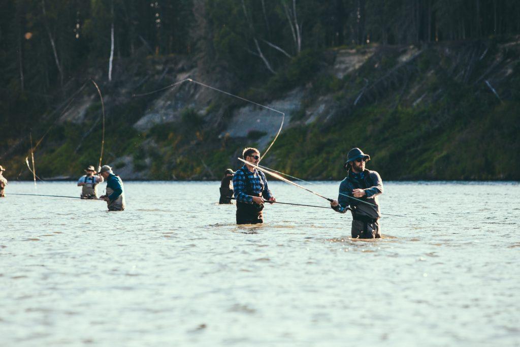 Des hommes habillés avec la marque Patagonia font de la pêche à la mouche